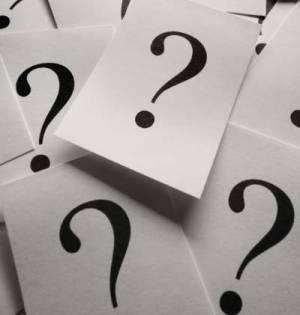 fogli con stampato punti interrogativi