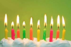 torta di compleanno con candeline colorate